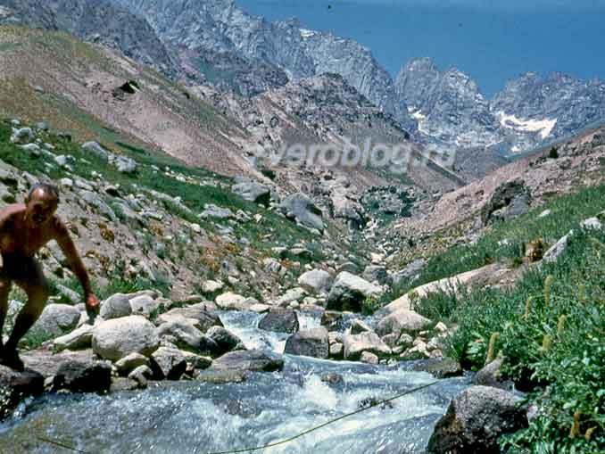 Сариасийский район на Южные склоны Гиссарского хребета, на границу с Таджикистаном. Красота природы и горная река